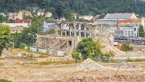 Časosběrné video zachycující proměnu areálu brněnského výstaviště a okolí v souvislosi s bouráním kvůli stavbě nové haly.