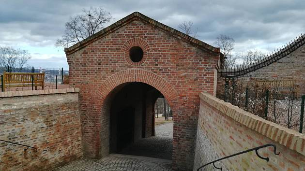 Dva a půl roku návštěvníky brněnského hradu Špilberk přicházející z Husovy ulice přesměrovávaly cedule s šipkami. Do nynějška uzavřená brána se lidem v pátek znovu otevřela.