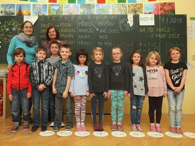 Žáci 1.třídy ze ZŠ vPršticích spaní učitelkou Lenkou Adolfovou a asistentkou Marií Patákovou.