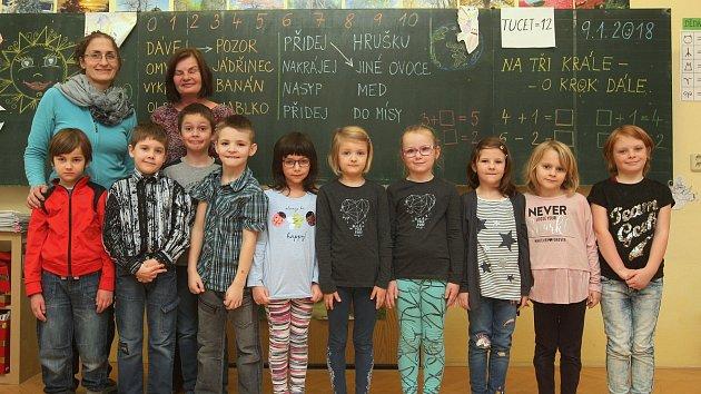 Žáci 1. třídy ze ZŠ v Pršticích s paní učitelkou Lenkou Adolfovou a asistentkou Marií Patákovou.