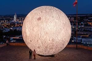 Nafukovací měsíc brněnské hvězdárny.