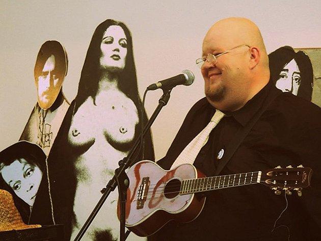 Zpěvák, textař a hráč na tenorové ukulele v amatérském uskupení Ukulele orchestra jako Brno Karel Heřman.