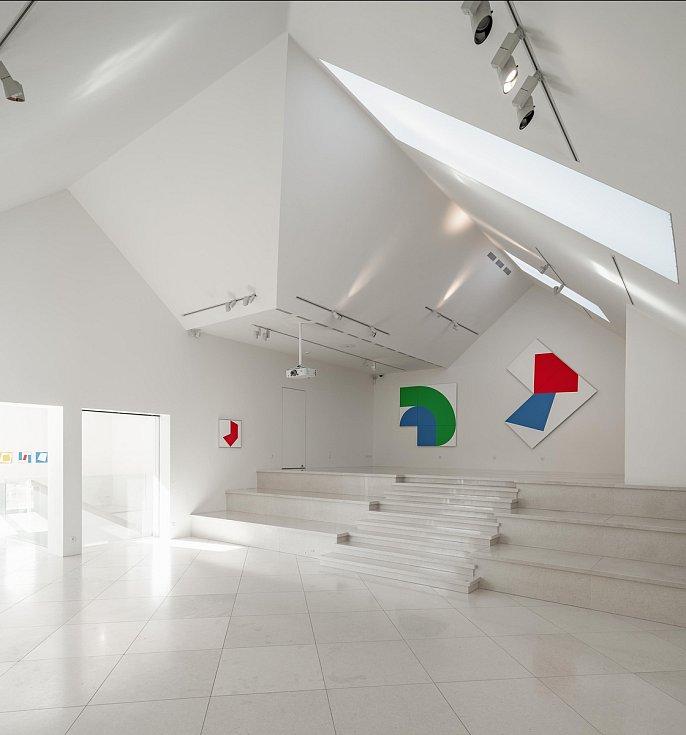 Nový průvodce Interior Design Guide Brno a jižní Morava představuje padesátku nejkrásnějších interiérů v kraji. O snímky se postarali fotografové Monika Hlaváčová a Martin Zeman. Na fotce Galerie Závodný.