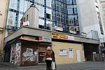 Dělníci začali s opravou kasina, které před deseti lety vyhořelo. Kvůli zavřenému podchodu u nádraží bloudí lidé.