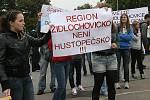 Studenti a profesoři gymnázia z Židlochovic protestovali v Brně na Moravském náměstí proti sloučení jejich školy s gymnáziem v Hustopečích.