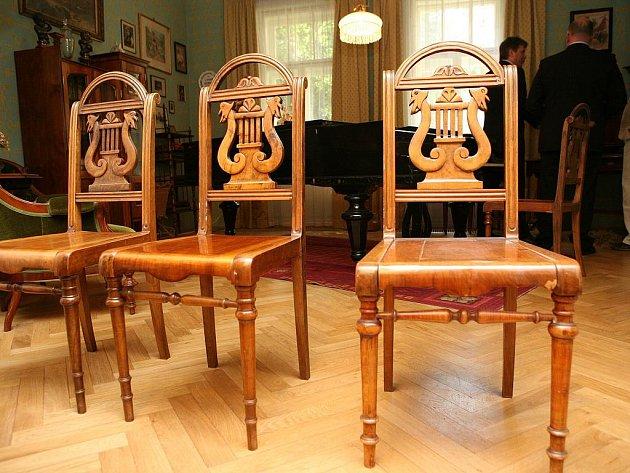 Moravské zemské muzeum v Brně získalo v úterý odpoledne od primátora Romana Onderky darem tři židle Leoše Janáčka.