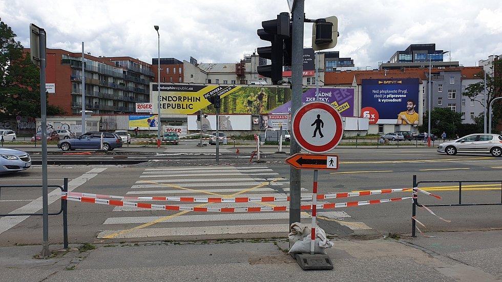 Uzavřený přechod u obchodního domu Tesco v ulici Dornych Brně v neděli 12. července odpoledne.