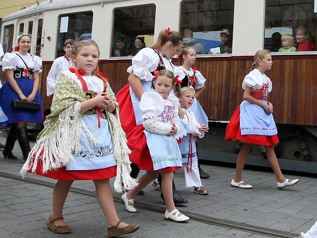 Ženy ve zdobených krojích, bryčky s koňmi a nové i staré traktory. Tak se v Brně oslavovaly jihomoravské dožínky.
