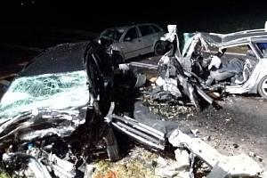 Při tragickém střetu na Znojemsku zemřeli čtyři lidé. Tři osoby se zranily, včetně malého dítěte.