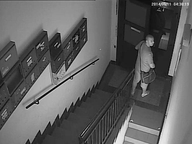 Pachatele zachytily bezpečnostní kamery.