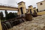 Areál hodonínského přístaviště U Jezu o víkendu lákal zástup zvědavců, kteří se přišli podívat na hučící a zvýšenou hladinu řeky Moravy.