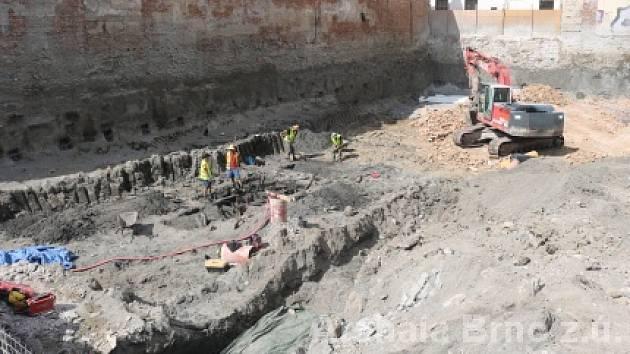 Sekeru z dvanáctého století, keramické střepy, podkovy a dřevěnou konstrukci našli minulý týden ve středu archeologové.