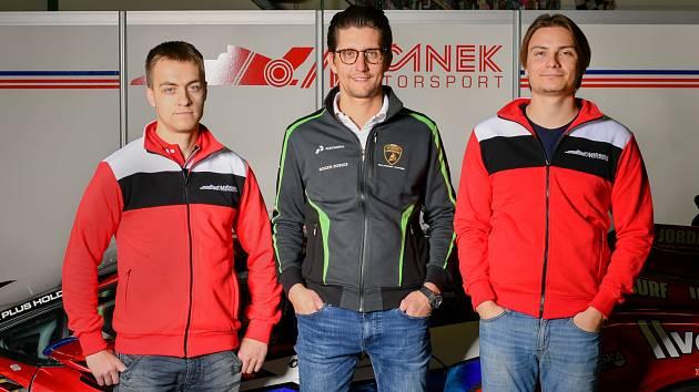 Jezdci stáje Mičánek Motorsport Jakub Knoll (vlevo) a Josef Záruba (vpravo) s manažerem Jiřím Mičánkem juniorem.