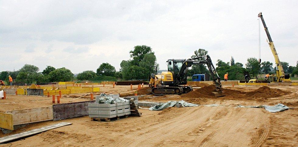 Poklepání základního kamene nové základny Archeologického ústavu.