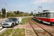 V Purkyňově ulici v brněnském Králově poli nabourala tramvaj do projíždějícího Mini Cooperu.