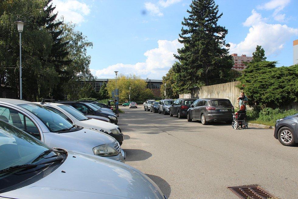 Parkoviště u polikliniky Lesná u Halasova náměstí.