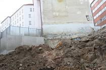 V těchto místech našli brněnští archeologové desetitisíce pecek z počátku čtrnáctého století.