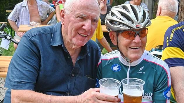 Jubilant Pavel Doležel (vlevo) si s předstihem připil k narozeninám při Milčově kolečku v Bosonohách s někdejším skvělým východoněmeckým cyklistou Gustavem-Adolfem Schurem, dvojnásobným vítězem závodu amatérů na mistrovství světa v silniční cyklistice.