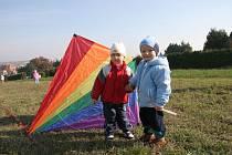 Děti i rodiče se radují při podzimním pouštění draků