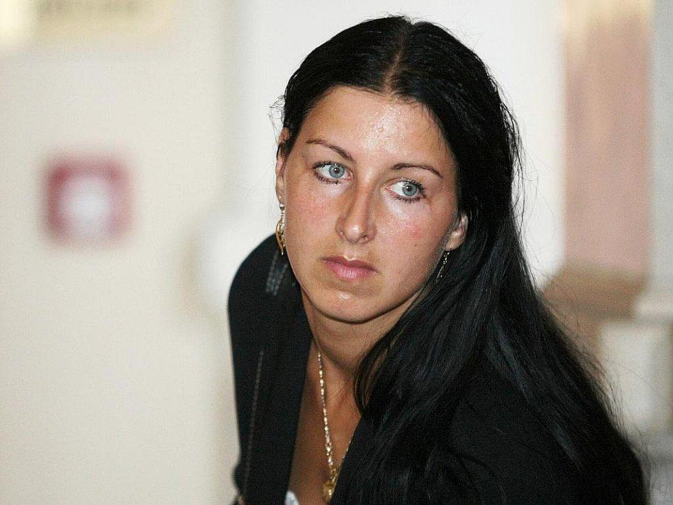 Claudie Salajková u brněnského soudu.