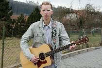 Až ve čtyřiadvaceti letech se učil hrát na kytaru dnes třiatřicetiletý Tomáš Doležel z Hostěnic na Brněnsku. K ovládání nástroje, na který se dají dobře balit holky, ho inspirovaly letní pobyty s rodiči na tábořišti pár kilometrů od rodné vsi.
