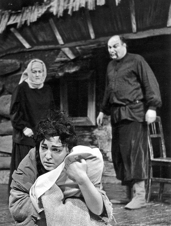 Helena Kružíková v inscenaci Národního divadla Brno Kavkazský křídový kruh z roku 1961 ztvárnila postavy Agronomky a Gruši.