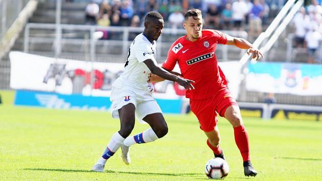 Fotbalisté Zbrojovky v brněnském derby přetlačili Líšeň 2:0. Na snímku v souboji Guy Reteno Elekana (Líšeň) a Šimon Šumbera (Zbrojovka).