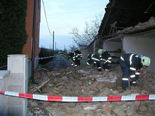 Rušno bylo v pátek ráno v Lázeňské ulici v Pohořelicích na Brněnsku. Jednomu z domů tam totiž spadla štítová zeď a nebylo jasné, zda pod ní nezůstal nějaký člověk.