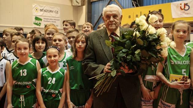 Dohromady devadesát růží v barvách Brna a Sokola Brno I dostal legendární basketbalista Ivo Mrázek, který právě v pondělí oslavil devadesáté narozeniny.