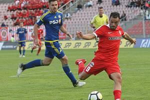 Bývalý brněnský fotbalista Petr Buchta (vlevo) sleduje bezmocné úsilí Zbrojovky o záchranu v nejvyšší soutěži.