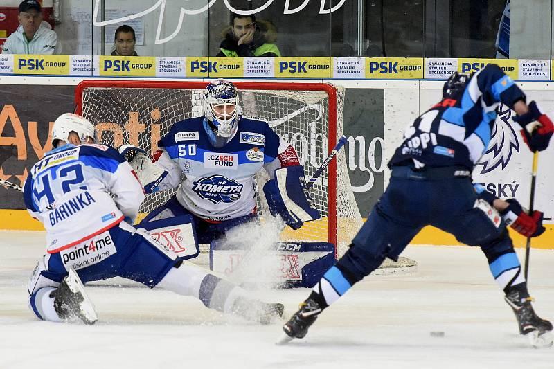 HC Kometa Brno v bílem (Michal Barinka a Karel Vejmelka) proti Bílým Tygrům Liberec (Tomáš Filippi)