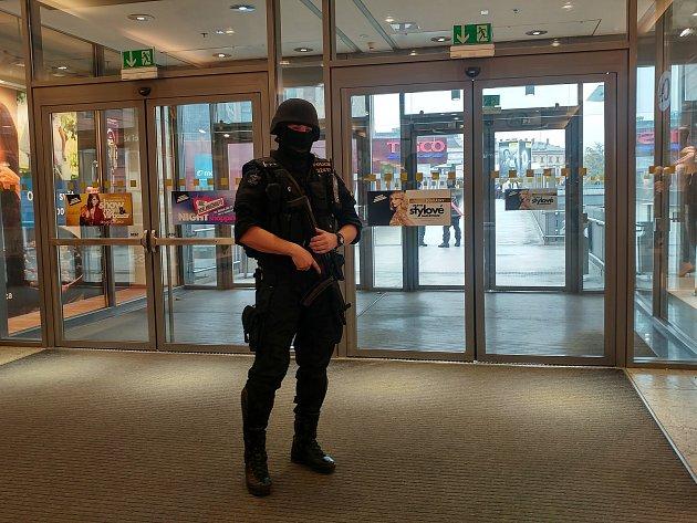 Policisté kvůli nahlášené bombě na autobusovém nádraží Zvonařka částečně uzavřeli i vedlejší nákupní centrum Vaňkovka.