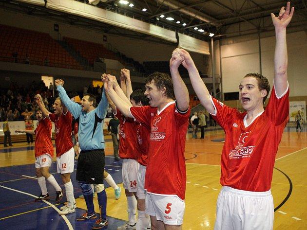 Derby brněnských futsalových klubů Tango a Helas. Helas vyhráli 5:4 a postoupili tak do extraligy.