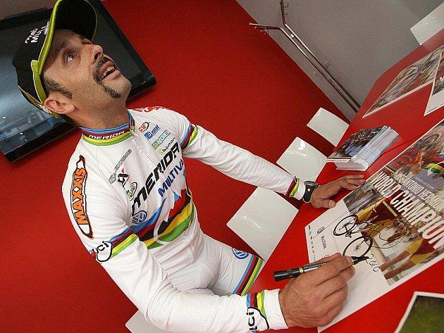 Cyklista José Antonio Hermida při autogramiádě v Brně.