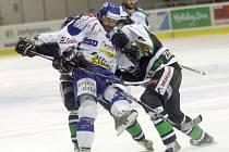 Boleslavští hráči Drábek a Jindra se snaží společnými silami překonat brněnského Baruse.