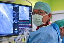 Vedoucí oddělení intervenční kardiologie Fakultní nemocnice Brno Petr Kala začíná operaci srdce. Od těch posledních se ale liší. Využívá při ní totiž nový ultrazvukový přístroj pro lepší zobrazení cévních a srdečních struktur.