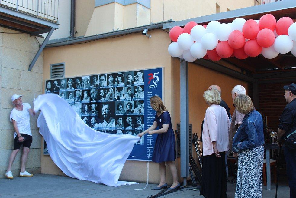 Pětasedmdesát let od svého vzniku slaví v sobotu celodenním programem v divadelní dvoraně Městské divadlo Brno. Návštěvníci si mohli užít vystoupení známých herců i muzikantů. Někteří z nich pak odpoledne otiskli svoje dlaně do betonu na Chodníku slávy př