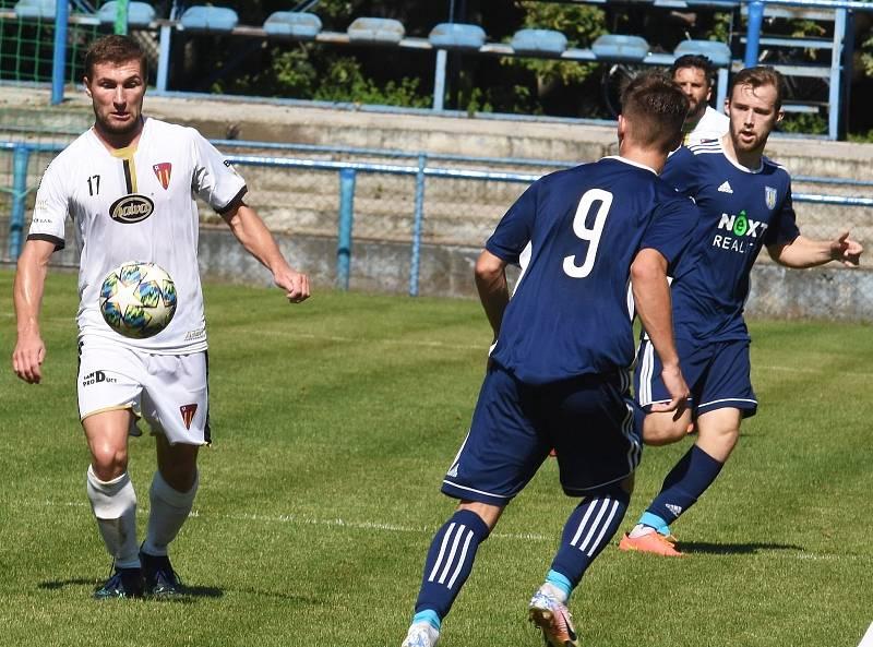 Břeclavští fotbalisté (v modrém) zajíždějí k pohárovému utkání do Strání.