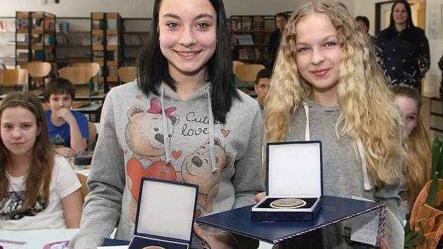 Mladé hrdinky ocenili. Spolužačky Izabela Jefimova (světlé vlasy) a Sára Bukovská z brněnské základní školy v Mutěnické ulici zachránily letos v lednu z řeky Svitavy dvouleté dítě.