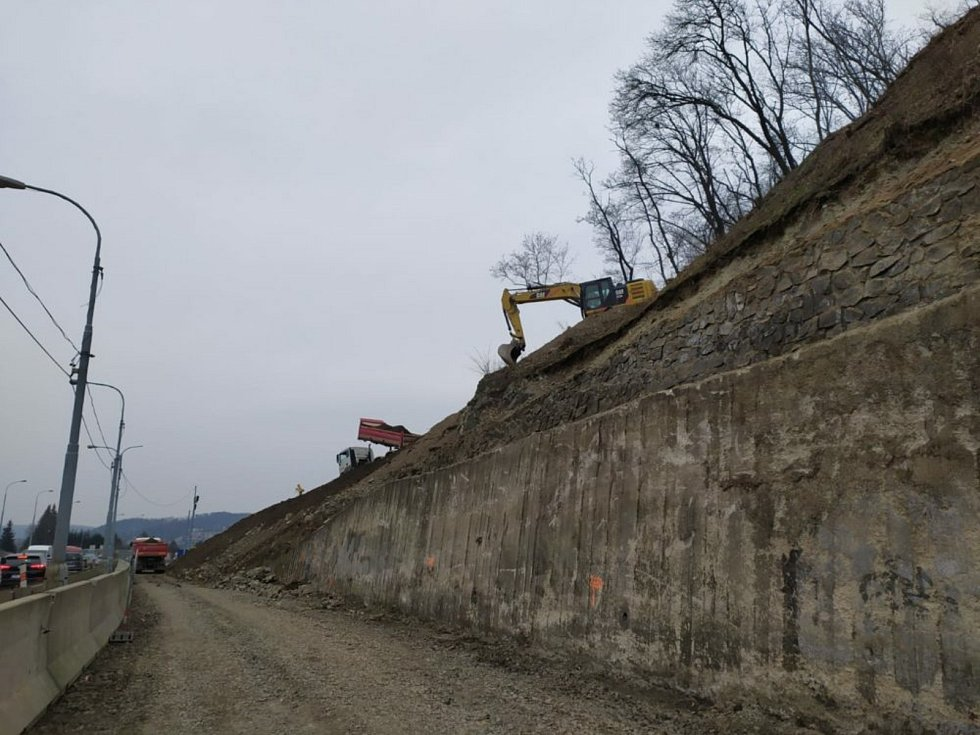 Práce na stavbě II. etapy velkého městského okruhu Žabovřeská pokračují. Silničáři zajišťují skalní svah a dělají pilotáž pod základovými pasy pro přesypanou část tunelu. Foto: Ředitelství silnic a dálnic