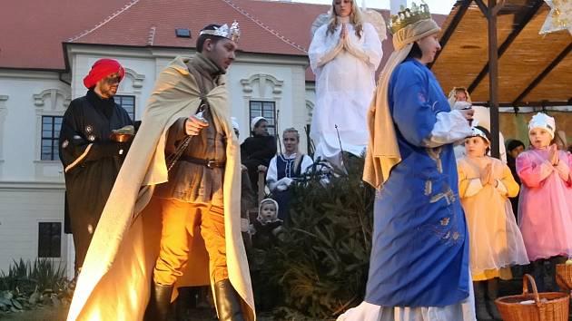 Živý betlém na nádvoří benediktinského kláštera v Rajhradě na Brněnsku.