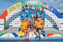 Vítězný tým Oskolu Kroměříž se raduje z trofeje už posedmé.