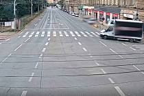 Řidič při odbočování poškodil semafor a ujel, strážníci zjistili jeho údaje.