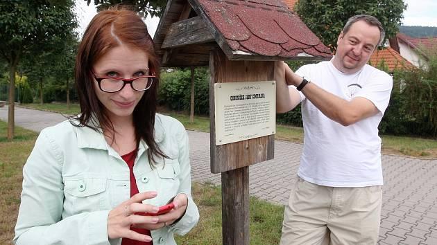 Keše se dají hledat třeba jen s mobilním telefonem. Jedna z nich je ukrytá poblíž místa na snímku. Její tvůrce je Tomáš Berka z Tišnova na Brněnsku, mezi keškaři známý jako Berx.cz.
