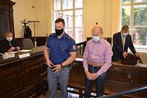 Až dvacet let vězení hrozí důchodci Janu Š., který loni v říjnu v brněnském Králově Poli zastřelil třinácti ranami z pistole svou o dvě generace mladší milenku.