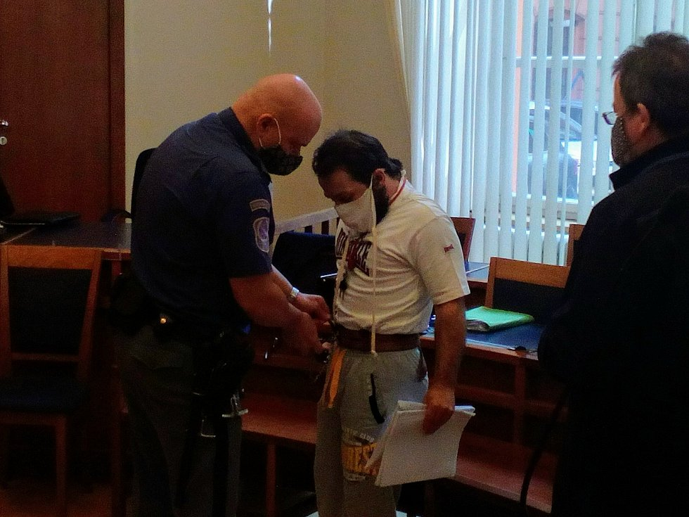 Za dvojnásobnou loupežnou vraždu v Břeclavi dostal recidivista Antonín Štaubert u Krajského soudu v Brně výjimečný trest 30 let ve věznici se zvýšenou ostrahou. Proti rozsudku se na místě odvolal.