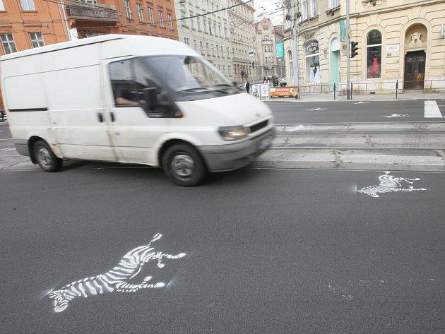 Silnici v ulici Úvoz ozdobily kreslené zebry.