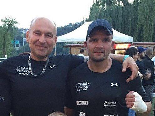 Tomáše Hrona (vpravo) doprovodil do ringu Lou Fanánek Hagen (vlevo).