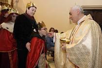 Téměř pětistovce koledníků Tříkrálové sbírky požehnal brněnský biskup Vojtěch Cikrle v katedrále svatého Petra a Pavla.
