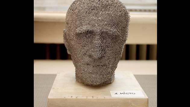 První místo obsadil návrh sochaře Jiřího Sobotky. Skládá se z vrstev nerezových trubek, které jsou svařené k sobě.